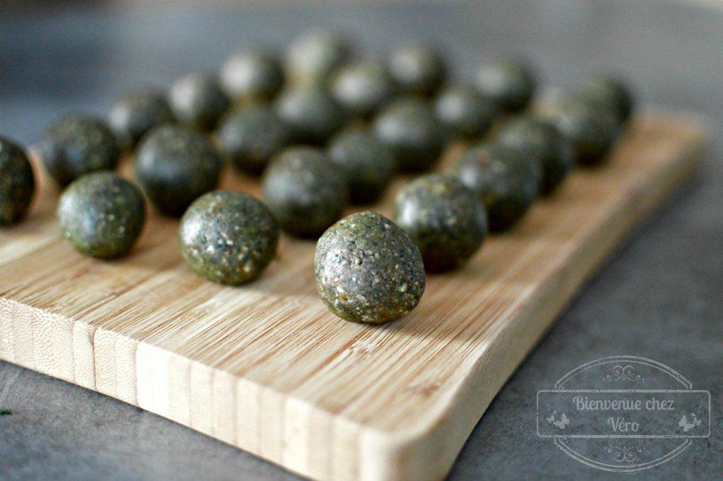 BIENVENUE CHEZ VERO - Des boules d'énergie à la spiruline dattes noisettes pour des matins qui fanfaronnent