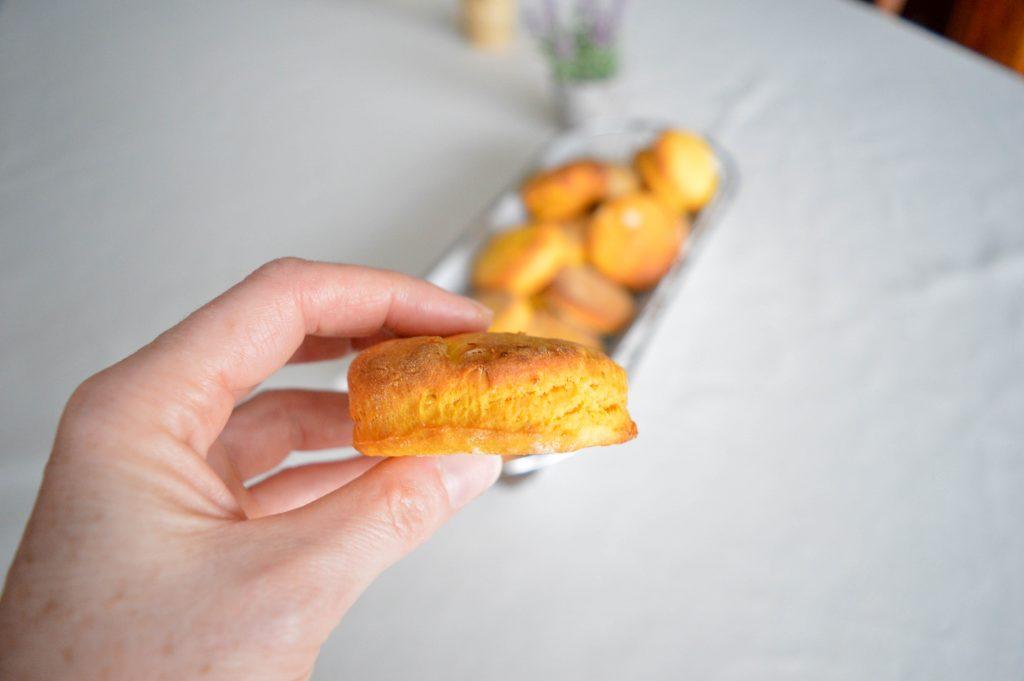 Bienvenue chez vero - Petits pains végétariens à la patate douce dans une main (8)