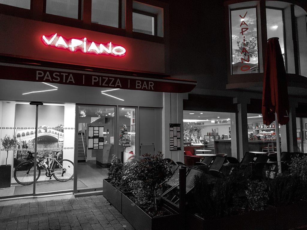 Bienvenue chez Vero - Chez vapiano Metz on mange aussi végétarien - Facade noir blanc & rouge