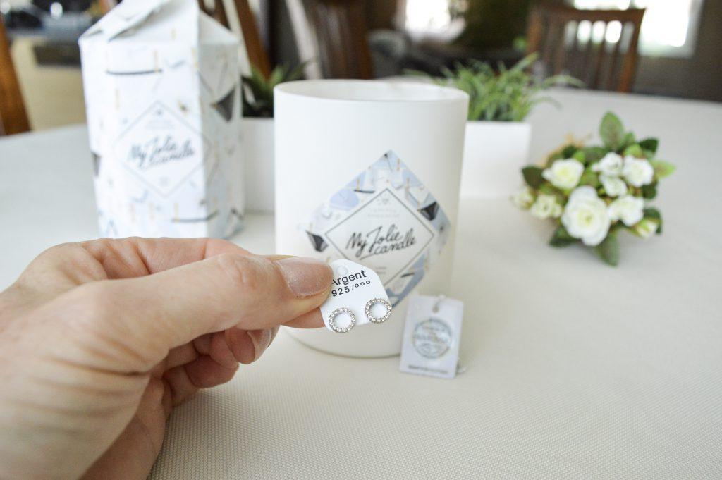 C'est vraiment la bougie parfaite pour un cadeau d'anniversaire car dedans se cache un magnifique surprise : un bijou Swarovski®.