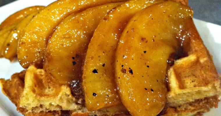 Gaufre nappée de pommes caramélisées au sirop d'érable et fève tonka