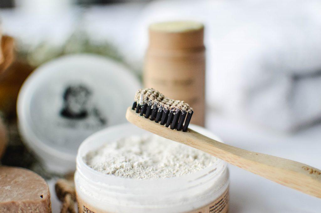 Dentifrice en poudre et sa brosse à dents en bambou