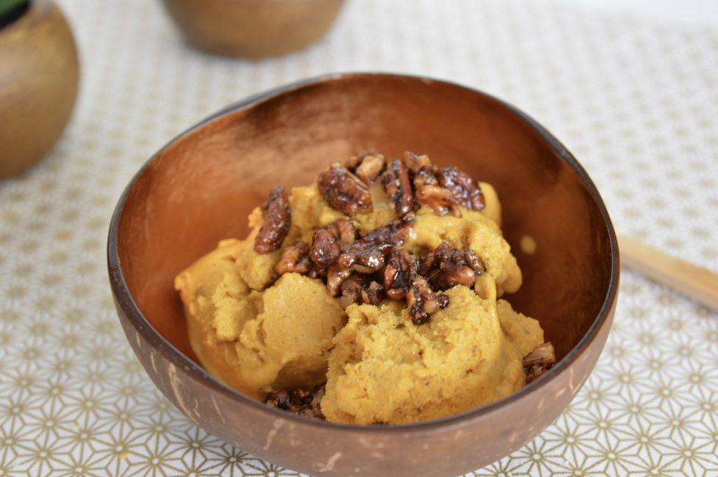 Nicecream Banane curcuma tonka Bienvenue chez vero avec des éclats de fruits secs caramélisés