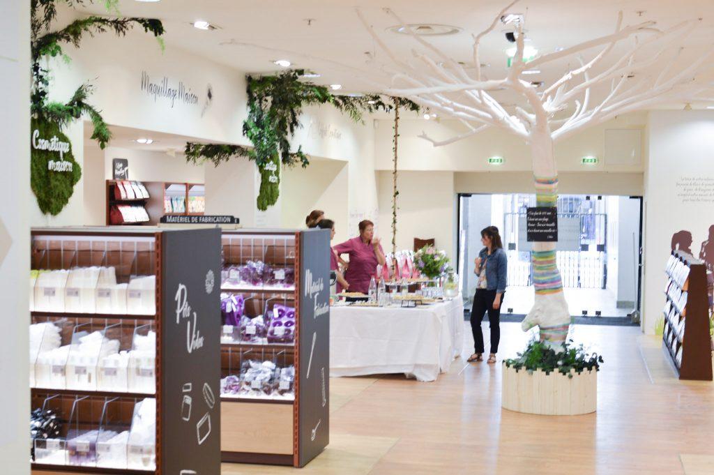 Nouveau à Metz - Une boutique Aroma Zone - Vue du magasin avec l'arbre décoré - Bienvenue chez Véro (11)