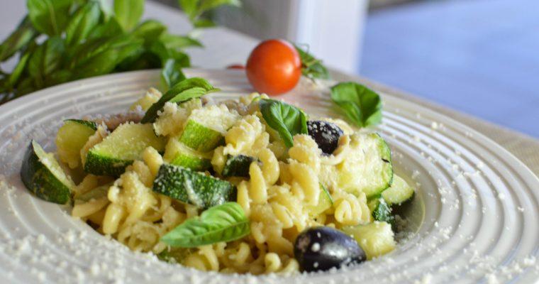 Pâtes aux courgettes, olives et poulet