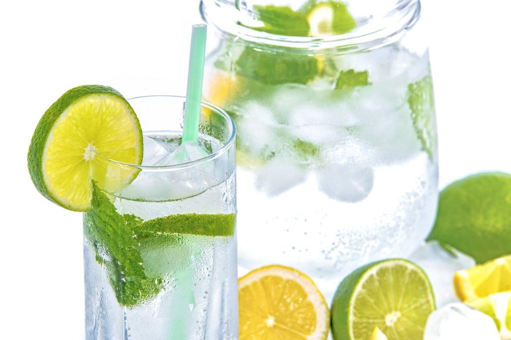 boire de l'eau au bureau - 5 astuces pour manger sainement au bureau
