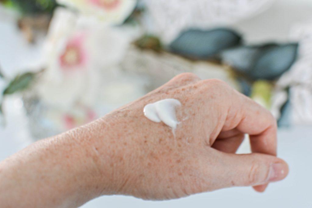 Crème anti-age Peaux matures sur la main