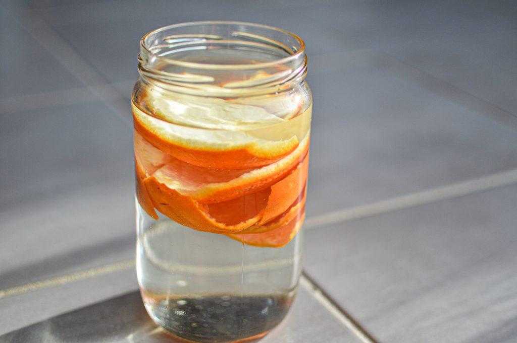 Pélure d'orange qui macèrent dans du vinaigre