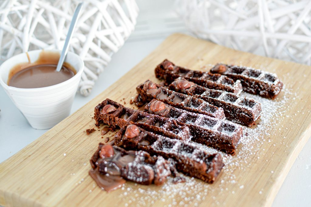 Brownie gaufre avec noisettes et sucre glace