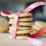 Biscuits fourrés à la pâte d'amande bio empilés (3)