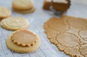 Fourrage des biscuits avec de la pâte d'amande au sucre de coco