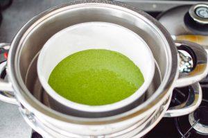 Gateau moelleux aux épinards et aux amandes prêt pour la cuisson à la vapeur douce du vapeurdôme