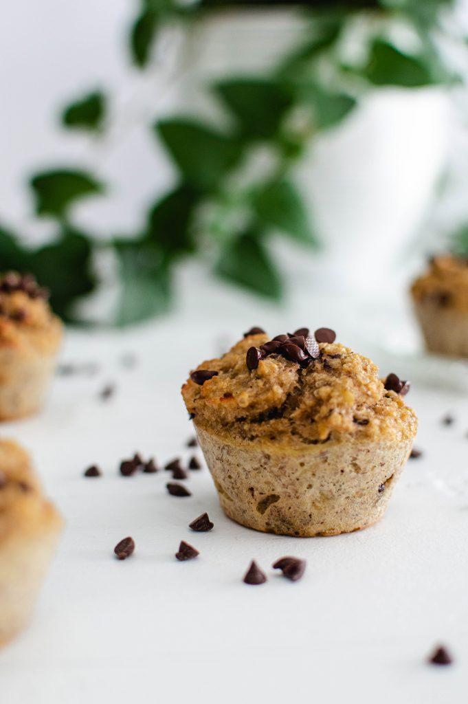 Muffins sains super faciles aux bananes trop mûres et au pépites de chocolat noir