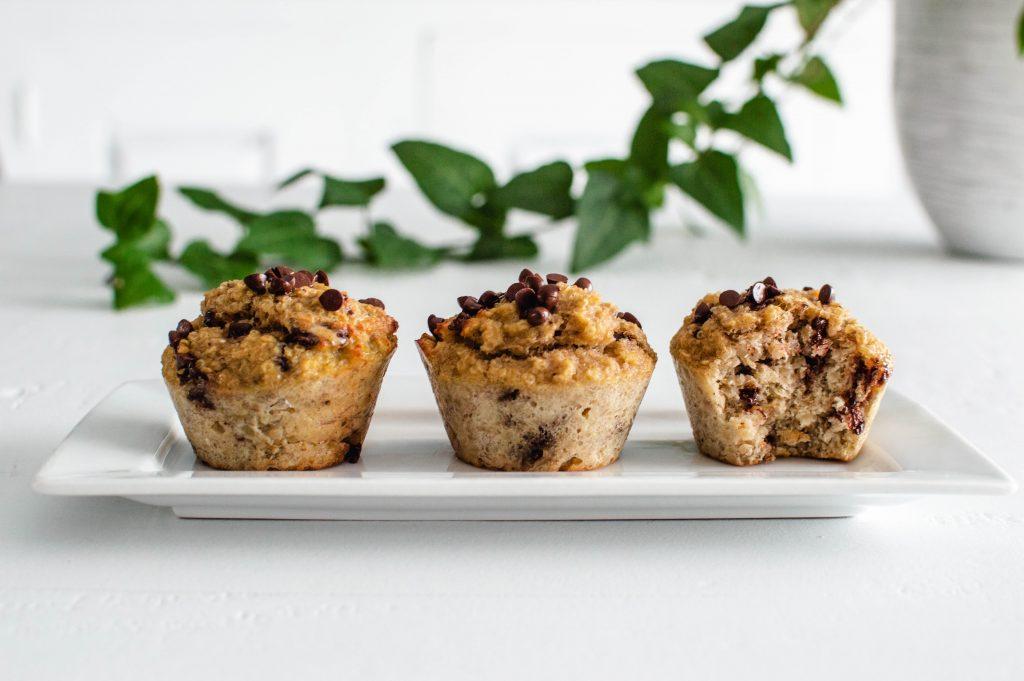 3 muffins sains aux bananes trop mures et aux pépites de chocolat