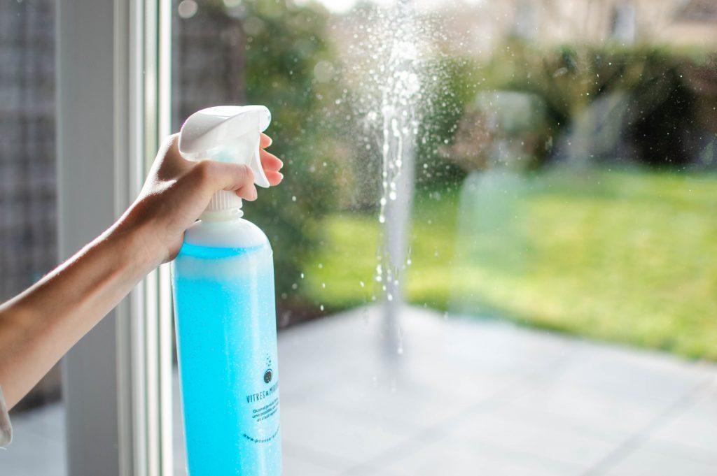 Nettoyer les vitres et miroirs sans polluer la planète